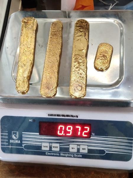 No total, o ouro apreendido com o homem totaliza 60 mil libras esterlinas (cerca de R$ 434 mil), segundo o site Daily Mail - Reprodução/Twitter/@ccphqrskochi
