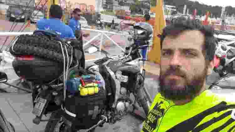 Danilo Couto ônibus atolado abandonado BR 319 Amazonas Moto Mochila Brasil balsa - Arquivo pessoal - Arquivo pessoal