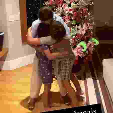 Juliana Paes gravou o momento em que abraça os filhos - Reprodução/Instagram @julianapaes