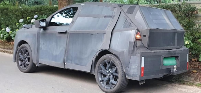 Novo SUV compacto da Fiat tem sido flagrado rodando em testes sob pesada camuflagem; ele chega em 2021 com base do Argo, motor 1.0 turbo e câmbio CVT - Rafaela Borges/UOL