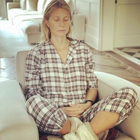 """Gwyneth Paltrow meditando; atriz intensificou exercícios e """"limpou"""" alimentação para superar sequelas da covid - Reprodução / Instagram"""