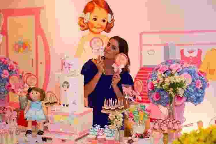 Acostumada a brincar com bonequinhas de papel na infância, Deborah Secco pensou que o passatempo podia virar tema do seu chá de bebê. A atriz, grávida de nove meses, reuniu 80 convidados para comemorar a vinda da primeira filha, Maria Flor. A Fru Fru by Lorena Duque (www.frufrufestas.com.br) foi responsável por transformar o salão de festas do prédio de Deborah em um armário de boneca - Reprodução/Instagram