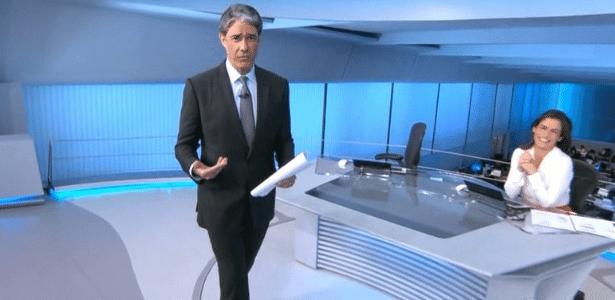 """18.jan.2015 - William Bonner brinca que apresentava """"Jornal Nacional"""" de bermuda - Reprodução/TV Globo"""