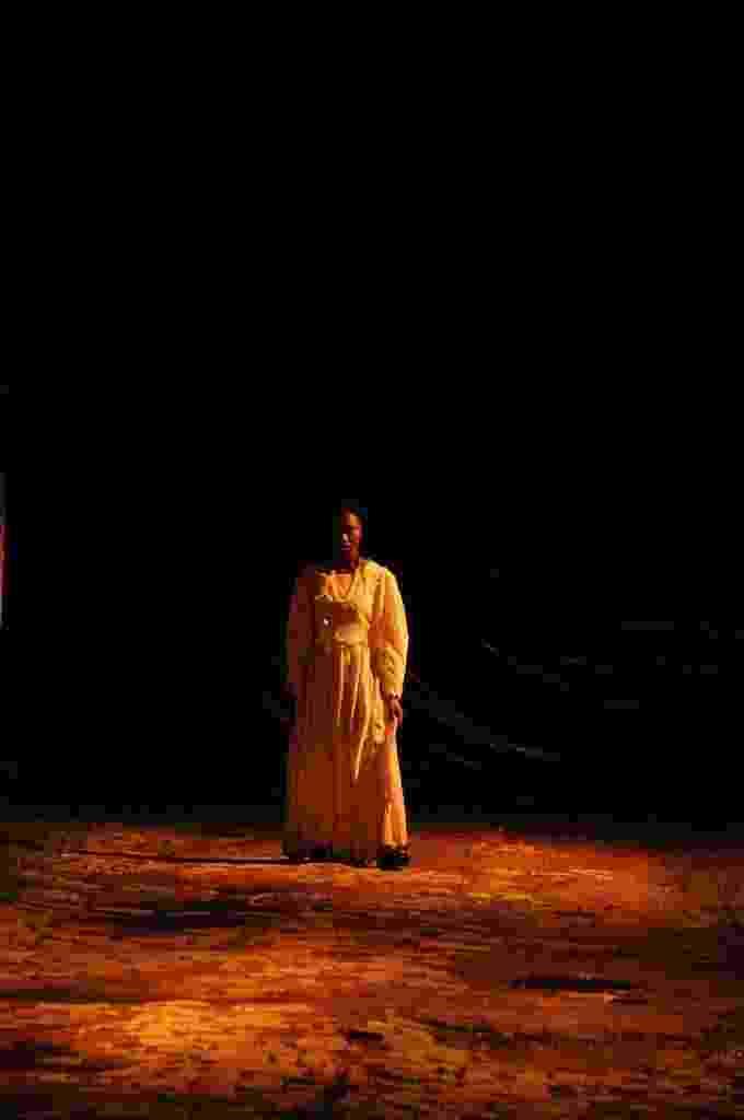 7.mar.2016 - A atriz haitiana Roselaure Jeanty canta Abecedário da Xuxa, lembrando os abusos de militares brasisleiros em seu país, na Vila Itororó, em SP, na estreia da obra na MITsp - Foto Divulgação.jpg - Divulgação