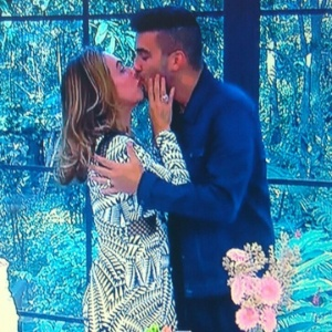 Cissa Guimarães diz estar pronta para casar de novo e dá selinho em André Marques - Reprodução/TV Globo