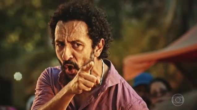 Bento (Irandhir Santos) enfrenta o prefeito de Grotas em