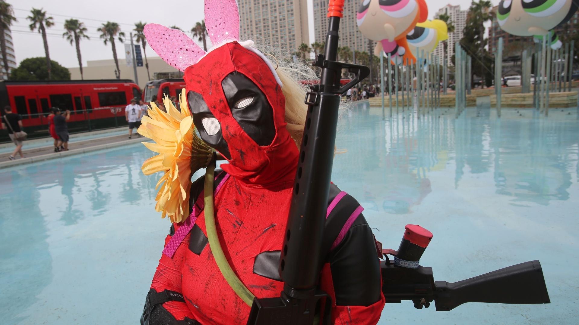 23.jul.2016 - Anna Smith adicionou adereços fofos a sua versão feminina do anti-herói Deadpool para a San Diego Comic-Con 2016