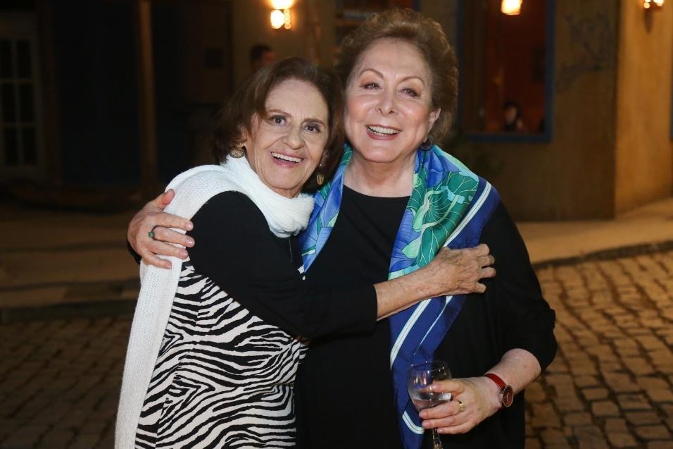 """25.ago.2016 - Laura Cardoso e Aracy Balabanian se abraçam na festa de lançamento de """"Sol Nascente"""""""