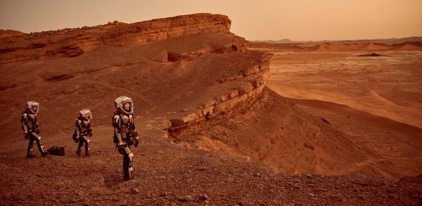 """Os astronautas da nave Deadalus exploram o planeta vermelho em cena da série """"Marte""""  - Divulgação/NatGeo"""