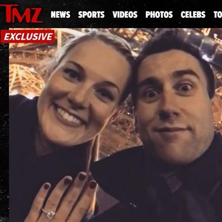 Matthew Lewis e a noiva, Angela Jones, posam para foto com anel de noivado - Reprodução/TMZ