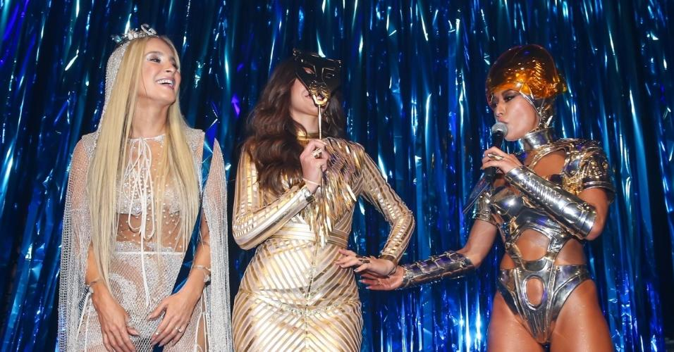 Entre Claudia Leitte e Sabrina Sato, Bruna Marquezine brinca com máscara no baile da