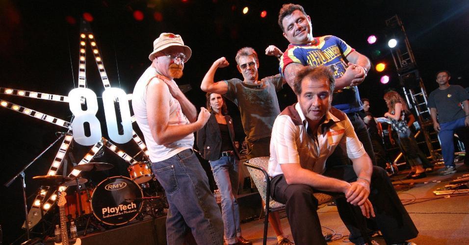 """Kid Vinil gravou em 2005 o DVD """"Anos 80 - A Festa"""" com participações especiais de ídolos da época como Leo Jaime, Nasi, Ritchie, Leoni, Dulce Kental e Dinho Ouro Preto"""