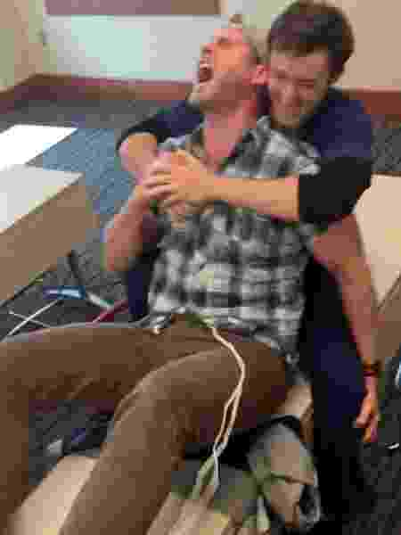 Johnny Wade sofre em simulador de dores do parto - Reprodução/YouTube