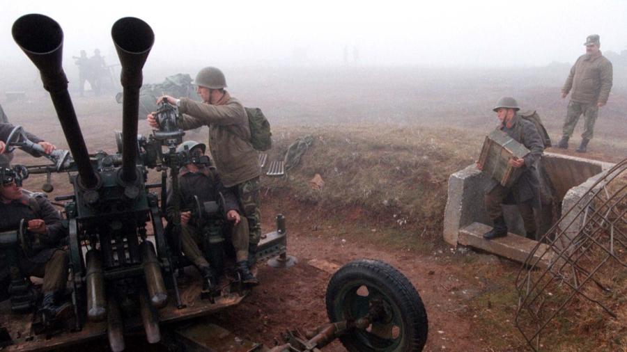 Cenas do conflito no Kosovo no final dos anos 90, na fronteira com a Albânia - Arben Celi/Reuters