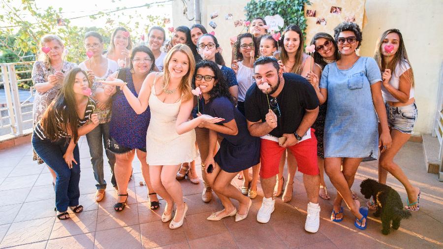 Amanda e amigos na festa de casamento surpresa - Arquivo pessoal