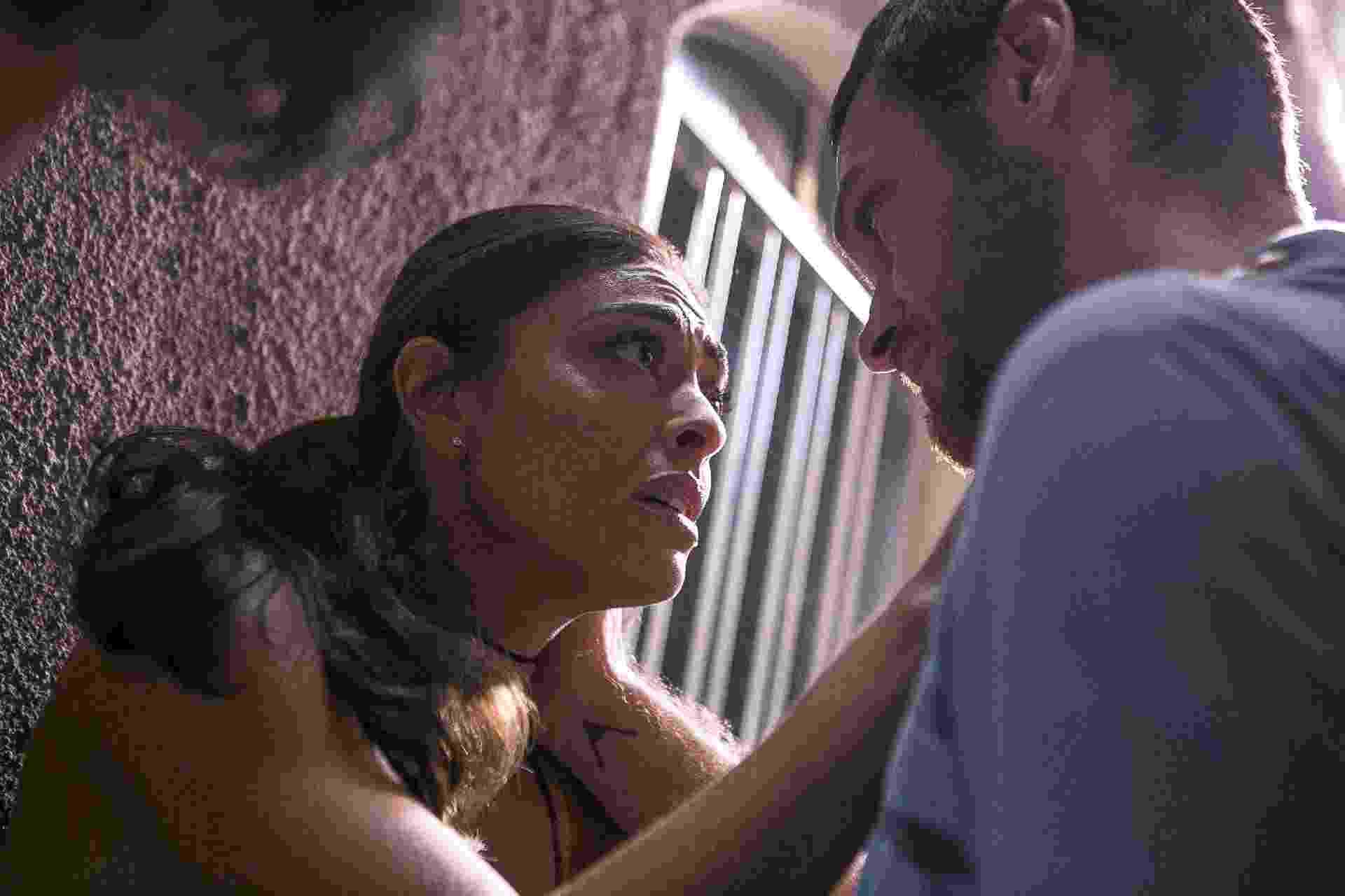 """Bibi (Juliana Paes) ajuda Rubinho (Emilio Dantas) a fugir da prisão em """"A Força do Querer"""" - Raquel Cunha/TV Globo"""