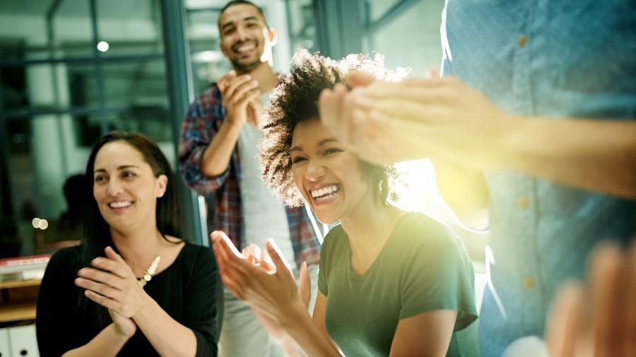 Exercite sua simpatia: com colegas diretos ou que você cruza no elevador, apenas - Getty Images
