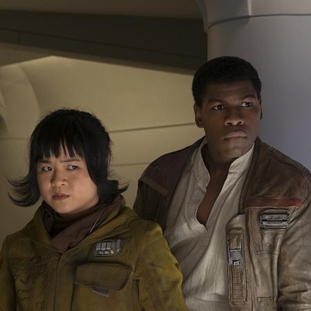 """Kelly Marie Tran e John Boyega em cena de """"Star Wars: Os Últimos Jedi"""" - Reprodução"""