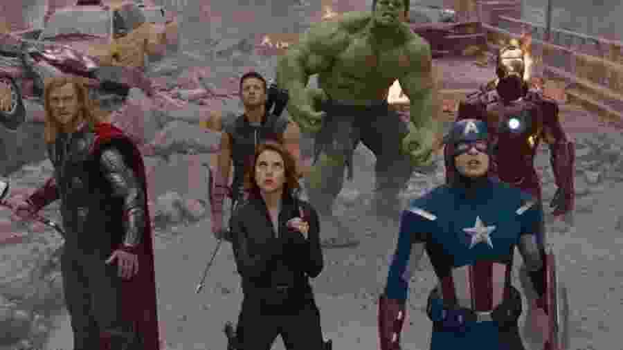 """Robert Downey Jr., Chris Evans, Scarlett Johansson, Jeremy Renner, Mark Ruffalo e Chris Hemsworth em cena em """"Os Vingadores: The Avengers"""" (2012) - Divulgação"""