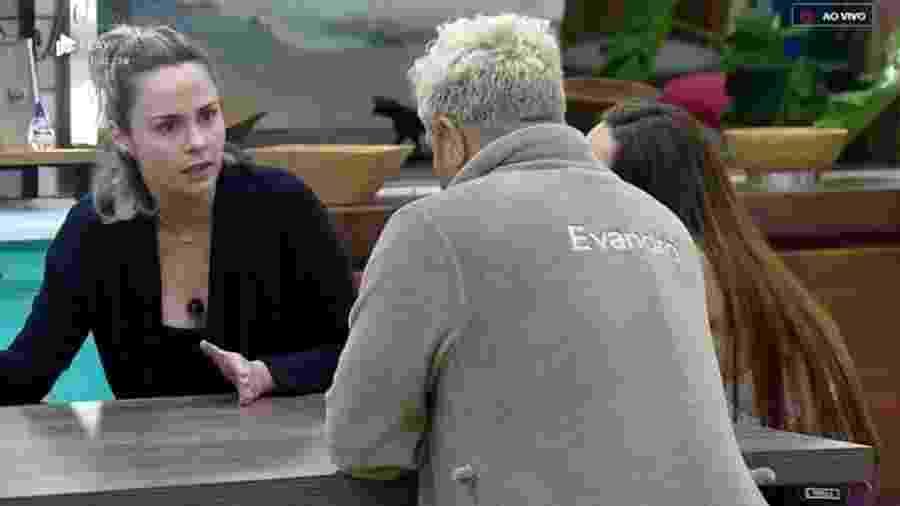 Ana Paula Renault conversa com Evandro Santo na cozinha - Reprodução/PlayPlus