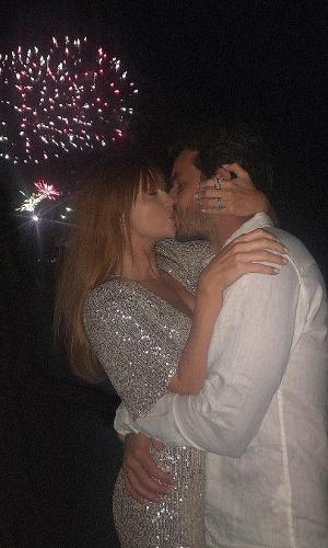 Marina Ruy Barbosa e marido, Xande Negrão, escolheram passar o final do ano em Punta del Este, no Uruguai, e trocaram beijos apaixonados
