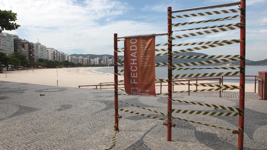 Praia de Icaraí, em Niterói, com o entrada bloqueada: município já havia proibido visitas à orla - Berg Silva / Prefeitura de Niterói