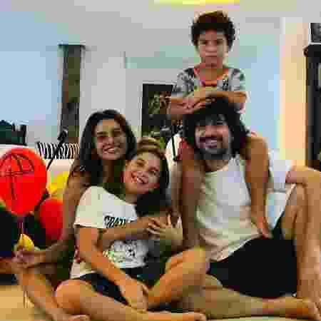 Dira Paes com o marido, Pablo Baião, e os filhos, Inácio e Martim - Reprodução/ Instagram - Reprodução/ Instagram