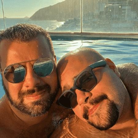 Tiago Abravanel posou ao lado do marido Fernando Poli em piscina no RJ - Reprodução/Instagram/@tiagoabravanel