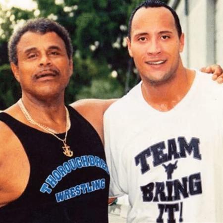 Dwayne Johnson, o The Rock, e seu pai, Rocky Johnson - Reprodução/Twitter