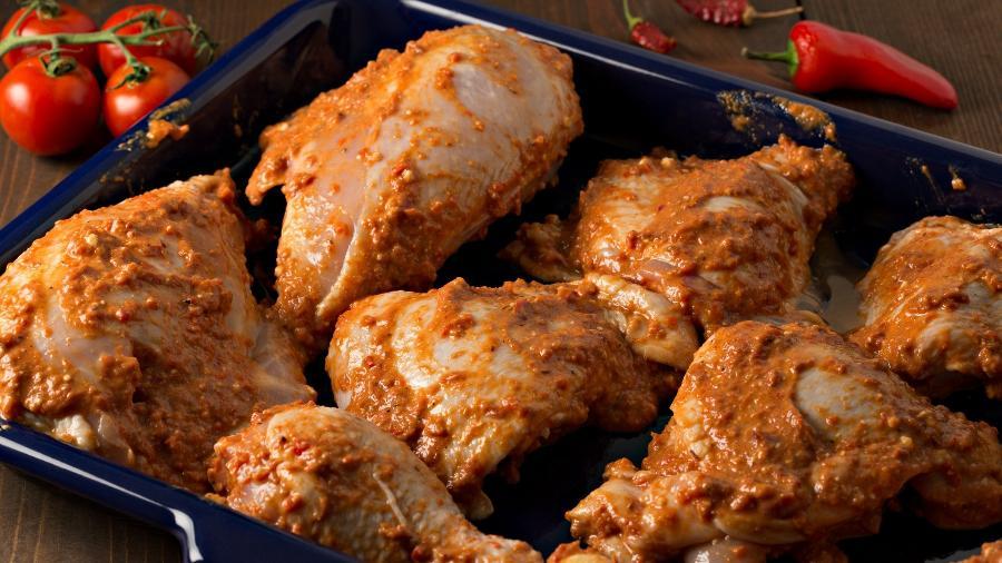 Frango marinando: gordura e salmoura são dicas para hidratar - DebbiSmirnoff/Getty Images