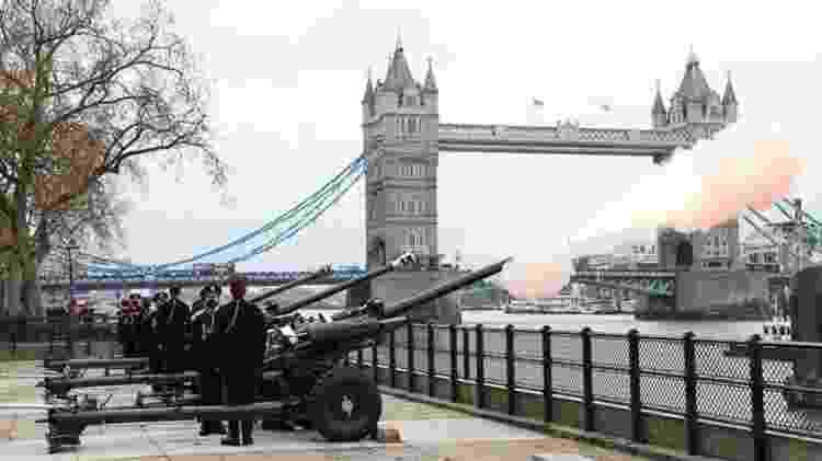 Disparos de canhão foram realizados em diversos lugares do país homenageando a memória do príncipe Philip - GETTY IMAGES - GETTY IMAGES