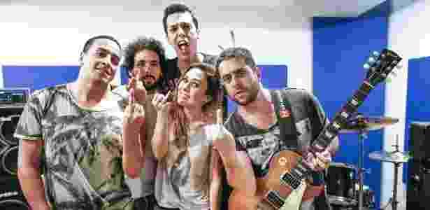 A humorista Tatá Werneck e seus colegas da banda Renatinho - Ivo Gonzalez/UOL