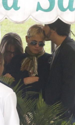 13.set.2015 - Junno consola Xuxa no enterro do irmão dela Cirano Rojabaglia