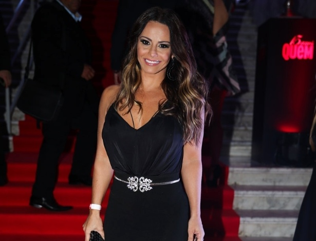 6.out.2015 - Viviane Araújo usa vestido preto com fenda na festa de 15 anos da revista