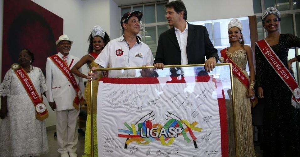27.jan.2016- O presidente da Liga das escolas de samba de São Paulo e o Prefeito de São Paulo, Fernando Haddad, durante a cerimônia de entrega da Chave da Cidade para a Corte do Carnaval 2016