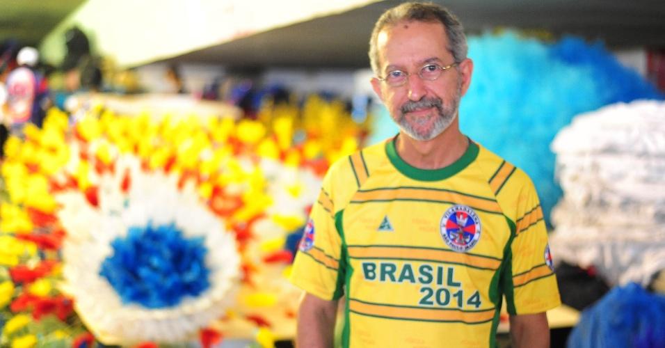 O carnavalesco Fábio Borges acompanha os preparativos no barracão