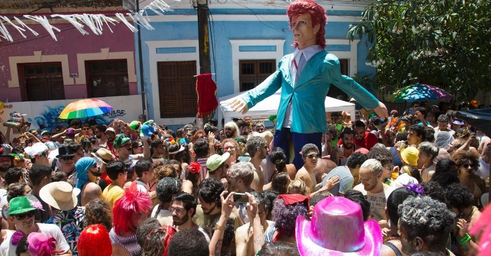 6.fev.2016 - Bloco Bumba Meu Bowie arrasta foliões para as ruas de Olinda com boneco que homenageia o cantor.