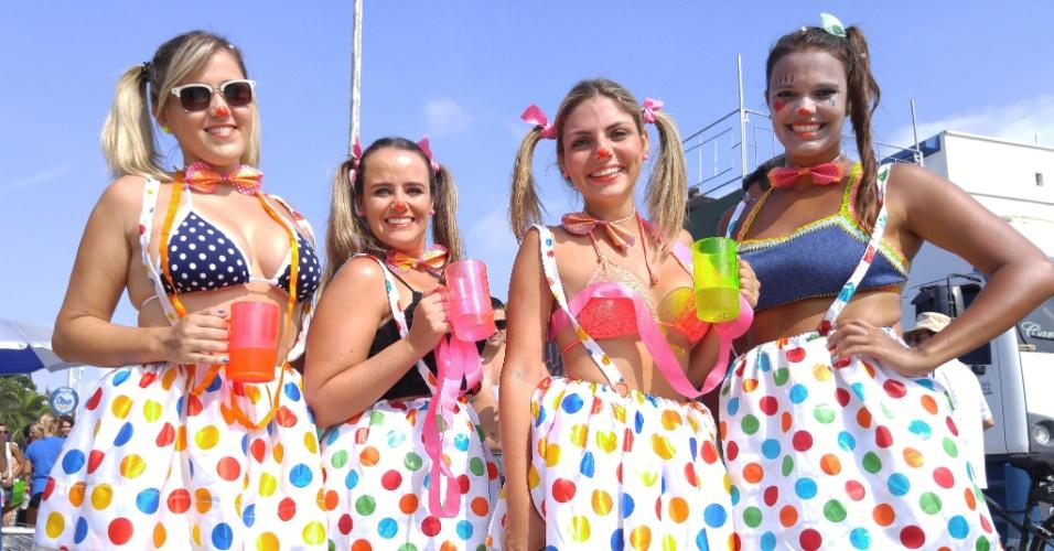 6.fev.2016 - Foliãs curtem o bloco 6.fev.2016 - Casal se anima com o bloco Carrossel de Emoções, na Barra da Tijuca, durante o Carnaval do Rio de Janeiro, umas das atrações do CarnaUOL