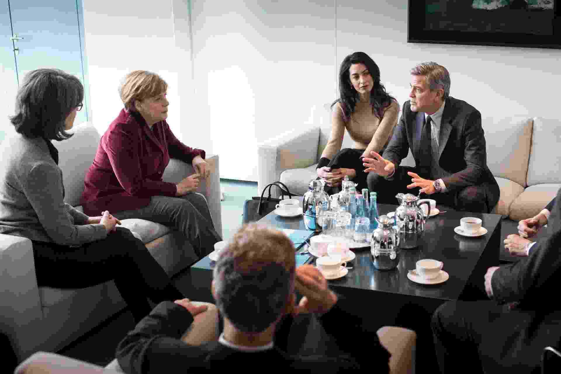 12.fev.2016 - George Clooney aproveita a participação no Festival de Berlim para discutir a crise dos refugiados com a chanceler alemã Angela Merkel. Amal Alamuddin, mulher de Clooney e advogada de direitos humanos, também participou do encontro. - Guido Bergmann/Bundesregierung via Getty Images