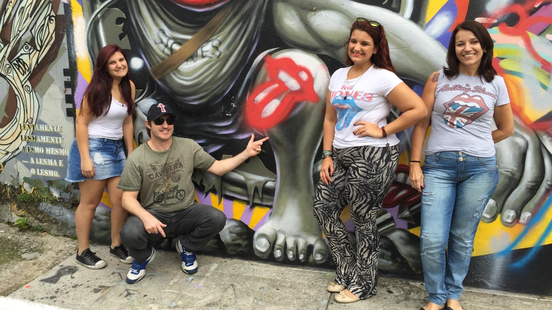 27.fev.2016 - Claudia Fernandes, 48, Pedro Tavares Lorente, 43, Victoria Fernandes, 16, e Camila Brugger, 20, foram ao Beco do Batman, em São Paulo, com a camisa dos Stones só para ver o grafite do Ron Wood