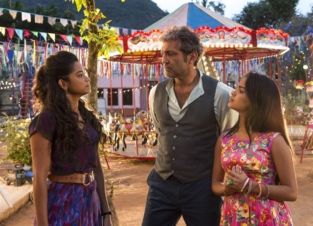 Luzia (Lucy Alves) briga com Santo (Domingos Montagner) e Isabel (Rayza Alcantara) observa