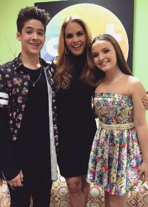 """Lucero posa com João Guilherme e Larissa Manoela nos bastidores do """"Programa Silvio Santos"""" - Reprodução/Instagram/lmanoelaoficial"""