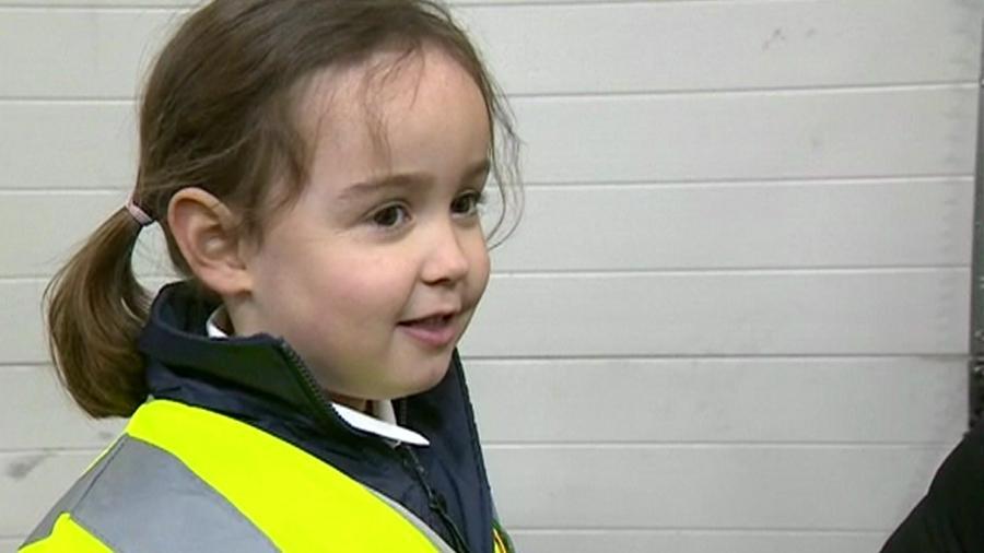 Aos 4 anos, Suzie salvou a vida da própria mãe ao telefonar para o serviço de emergência da Inglaterra - Reprodução/BBC