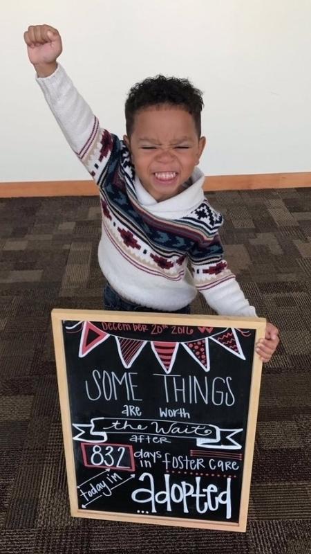Michael Brown, 3 anos, no dia em que sua adoção foi oficializada - Reprodução/Twitter/@daaebrown