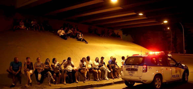 Fãs sem ingresso se posicionam em viaduto para tentar ver show de Bieber na Praça da Apoteose, no Rio de Janeiro - Bruna Prado/UOL