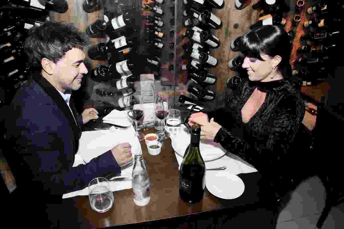 Zezé Di Camargo faz jantar surpresa para Graciele Lacerda e a pede em casamento no Dia dos Namorados. O cantor levou a amada para um restaurante no shopping Iguatemi, em São Paulo, e a surpreendeu com um anel de noivado - Marcos Ribas/Brazil News