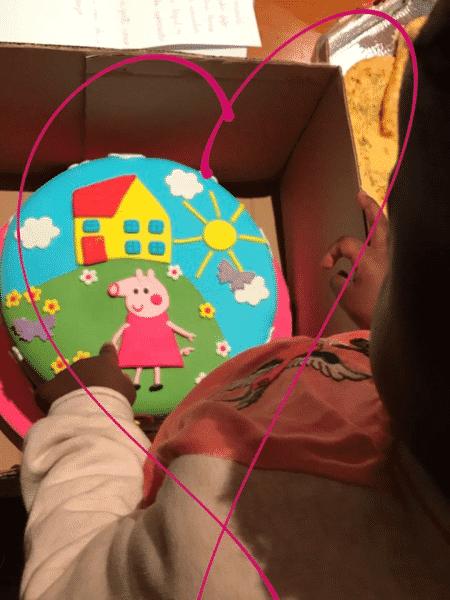 Titi observa bolo de sua festa de aniversário - Reprodução/Instagram/brunogagliasso - Reprodução/Instagram/brunogagliasso