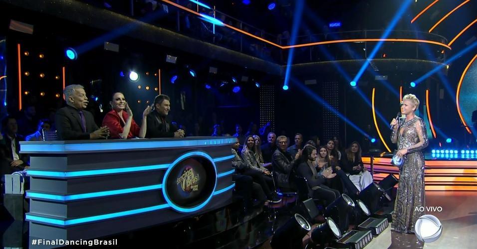 """Filha de Xuxa, Sasha Meneghel assiste à final do """"Dancing Brasil"""" sentada próxima da mãe"""