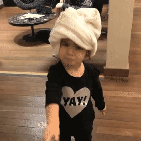 Valentina toda fofa, de toalha na cabeça - Reprodução/Instagram - Reprodução/Instagram