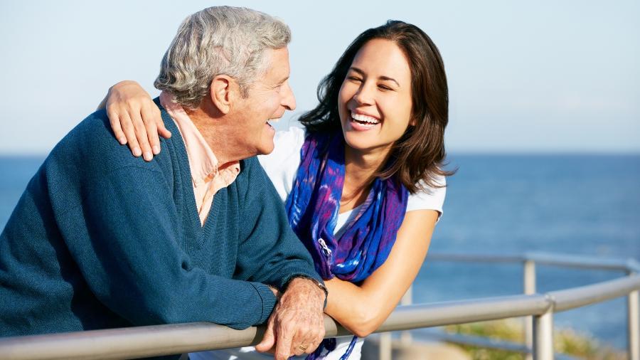 Ao falar com os pais sobre a velhice deles, é preciso conduzir a conversa com respeito e cuidado - Getty Images